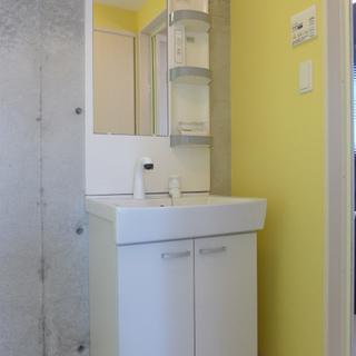 洗面台もgood!こちらは黄色の壁です。
