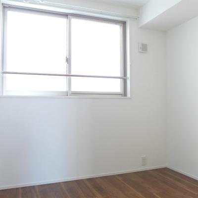4.5畳の洋室にも窓あります!寝室にしよう!