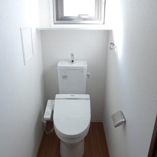 トイレに窓があって明るい!ウォシュレット付き。