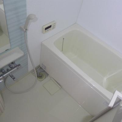 お風呂も十分な広さ!ピカピカです!
