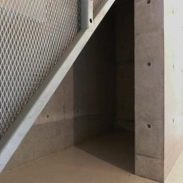 階段の下を収納スペースにどうぞ。