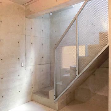 玄関からはこの階段を降りてお部屋へ