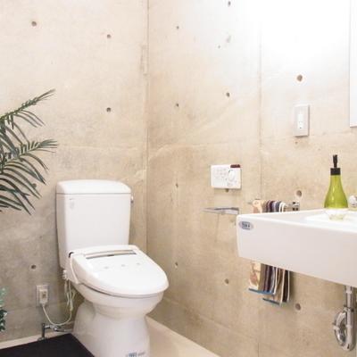 トイレ、洗面台までコンクリートです!