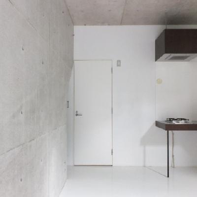 コンクリート打ちっぱなしに白の床。生活感があまりないです