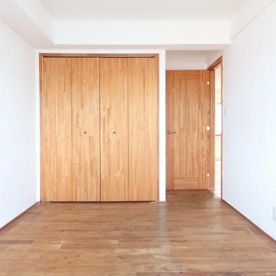 収納の建具も木製