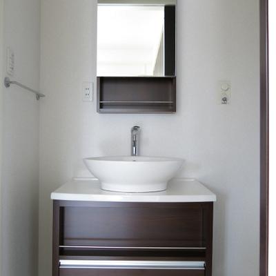 洗面台はコンパクトタイプ。