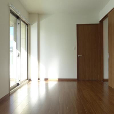 8畳の洋室、窓から柔らかい光が入ります!