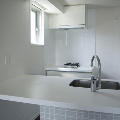 カウンターキッチンはコンロとシンクが分かれてます※画像は別部屋です