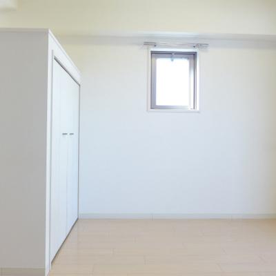 小窓も可愛い!シンプルなお部屋です!