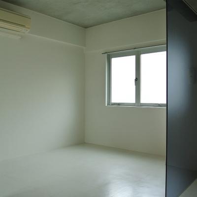 パーテションで隔てられた寝室※画像は別部屋