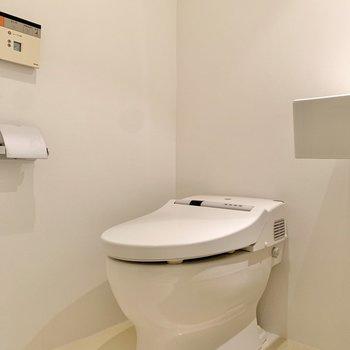 お隣は温水洗浄機能付きのタンクレストイレ。