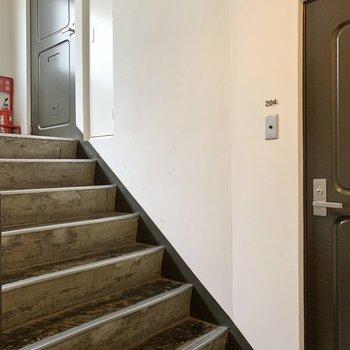少し階段を上がるとお隣さんです。