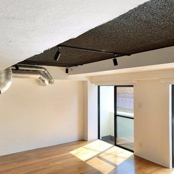 そして天井はモノトーンでキマってます。