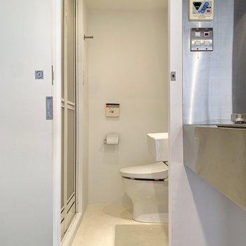 キッチンサイドの扉を開けると脱衣所へ。