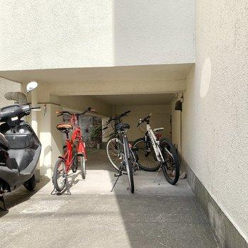 駐輪場やバイク置き場に到着です。