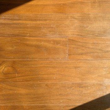 床は無垢材を使用しているそうですよ~。