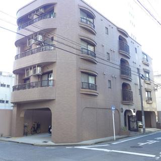 4階建のマンション。大通りから中に入ります。