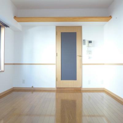 腰壁のクロスとドアの雰囲気が落ち着く空間。