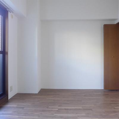 北側の洋室。窓があるので明るいです!