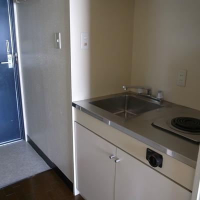 キッチンは小さめだが天板がフラット!