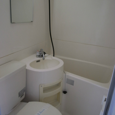 清潔なユニットバス ※写真は別部屋