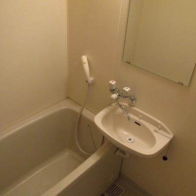 洗面台と浴槽は一緒です。