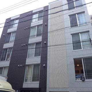 閑静な住宅街にある5階建のマンション。