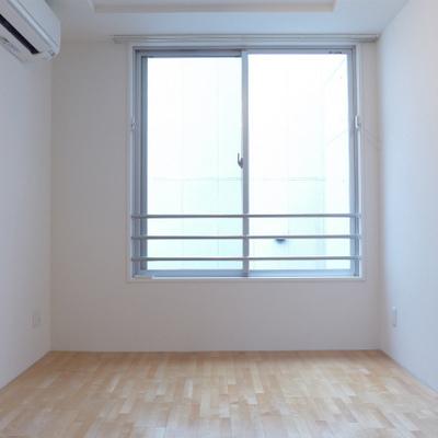 南側の窓から光がたくさん入ります。