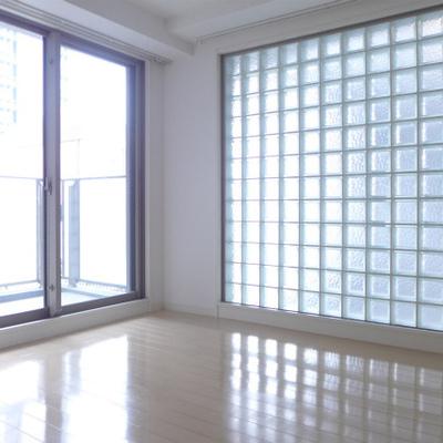 寝室は2面採光で明るいです!ガラスブロックが素敵。