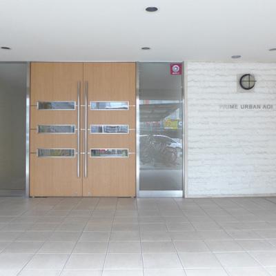 建物入り口。シンプルながらも凛としています。