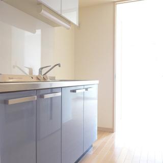 玄関を開けるとブルーのキッチンがお出迎え!※写真は別部屋になります。