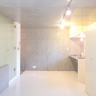コンクリート打ちっ放し、白い壁、ガラス、デザイン。性高い!