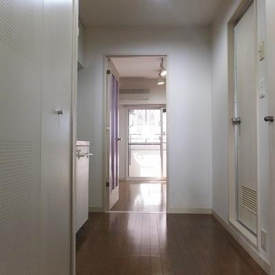玄関から。右側にシューズボックスも完備!