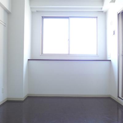 洋室は7.3帖です。窓があるので明るめです。