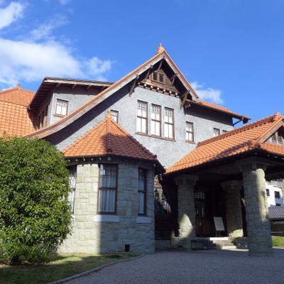 建物の向かいには国の文化財が。