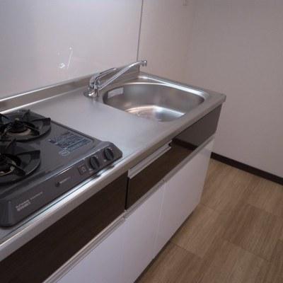 キッチンは奥まったところに。ガスコンロ2口(※写真は同間取り別部屋のものです)