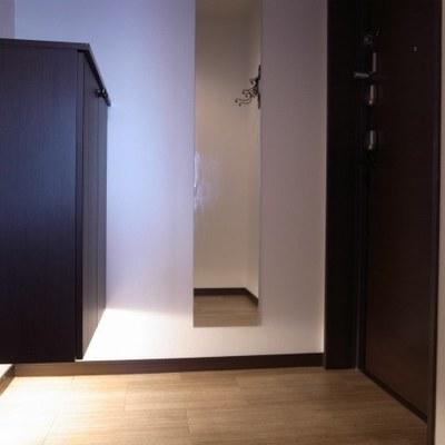 品のある玄関。シューズボックスもいいサイズ(※写真は同間取り別部屋のものです)