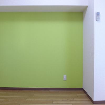 イエローグリーンの壁が素敵なお部屋!