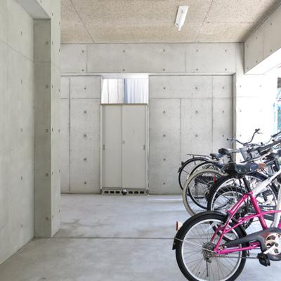 共有部の自転車置き場。綺麗でした。