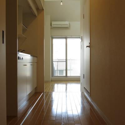廊下部分。奥にベランダ。