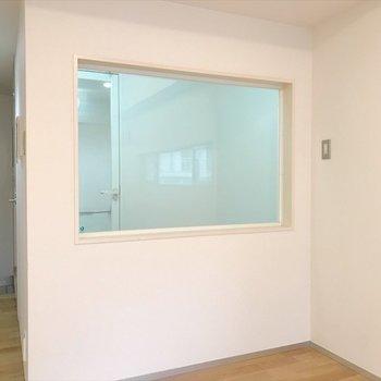 浴室はガラス張り!※写真は同間取り・別部屋のものです。