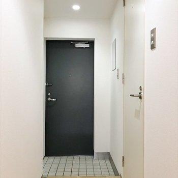 廊下奥にある、明るい玄関!※写真は同間取り・別部屋のものです。