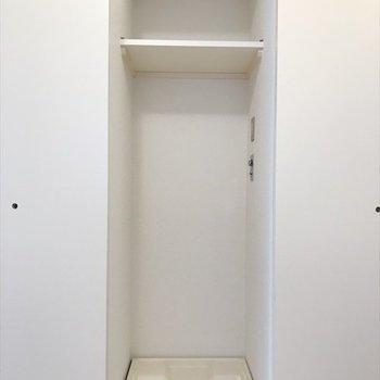 居間の引き戸内には洗濯置き場。※写真は同間取り・別部屋のものです。