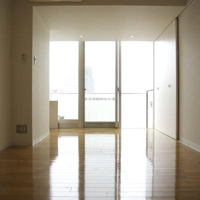 窓も大きくて明るいのが特徴(※写真は9階同間取り別部屋のものです)