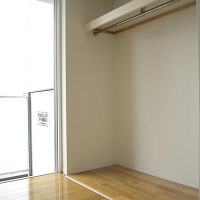 クローゼットは引き戸かつ折込戸(※写真は9階同間取り別部屋のものです)