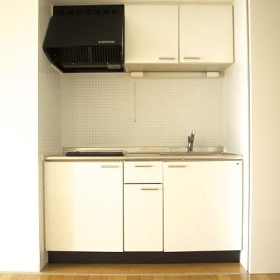キッチンは2口のIHで仕切り戸で隠せます(※写真は9階同間取り別部屋のものです)