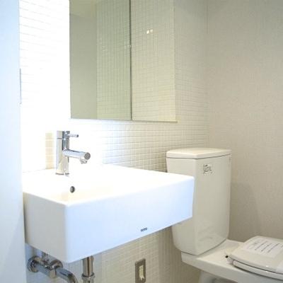 トイレと洗面台の関係(※写真は9階同間取り別部屋のものです)