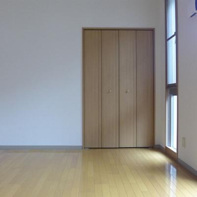 7.4畳の洋室。日がたっぷり。※写真は別部屋になります。