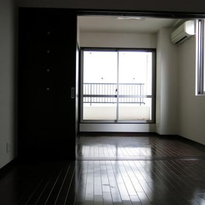 廊下からお部屋を見ます。