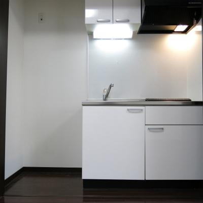 キッチンは扉で隠せます。IHです。